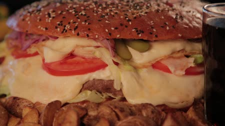 majonéz : Huge delicious burger with potatoes and fizzy drink. Stock mozgókép