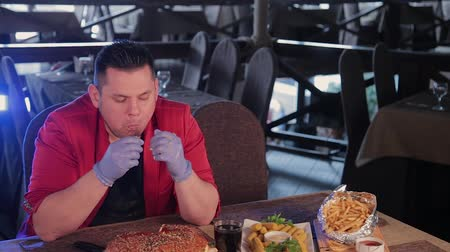уродливый : Fat man is ugly eating a big burger. Стоковые видеозаписи