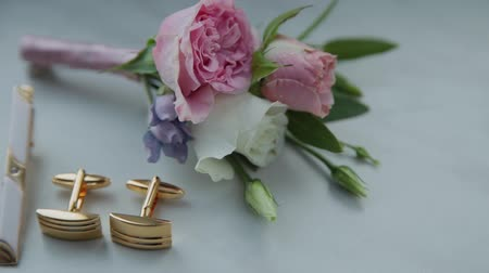 manşet : on the table lay a beautiful boutonniere and cufflinks. Stok Video