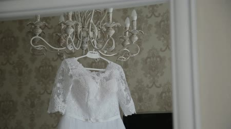 kronleuchter : Beautiful wedding dress hanging in a large chandelier.