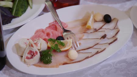 tomilho : sliced meat on a white plate in the banquet hall. Stock Footage
