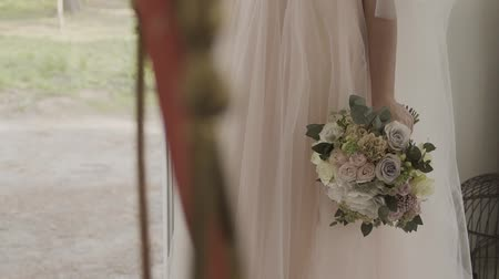koronka : Bride in lace dress holding beautiful white wedding flowers bouquet.