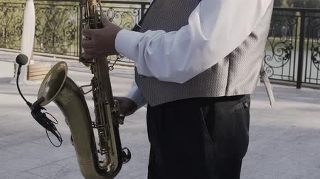 saxofone : Saxophonist in dinner jacket play on golden saxophone. Live performance. Jazz music Stock Footage