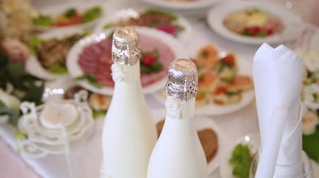 флейты : Wedding champagne on the banquet table. Стоковые видеозаписи