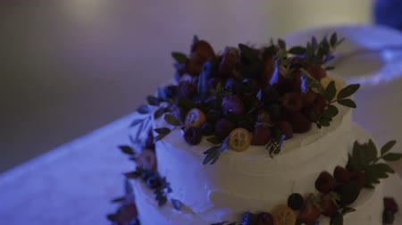 dois objetos : Cutting and folding plates on the wedding cake Stock Footage