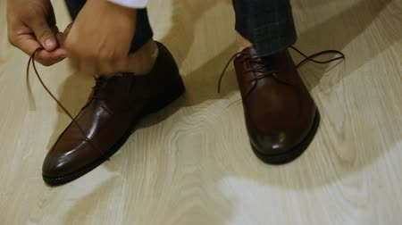 sıkmak : a man ties up his shoelaces