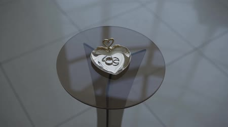 casar : Wedding rings on a glass table