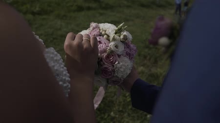 новобрачный : Beautiful newlyweds hold a wedding bouquet. Стоковые видеозаписи