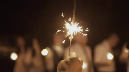 кошачий : Sparklers burn at night, bright light.