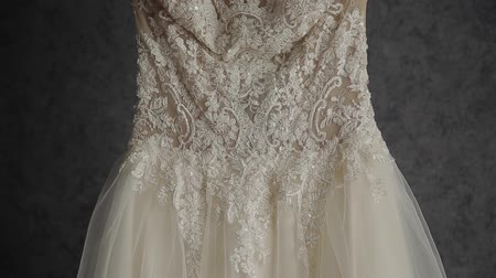 żyrandol : Beautiful wedding dress hanging in a large chandelier.