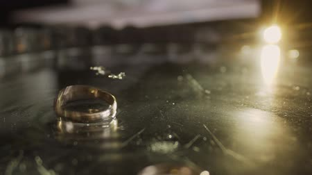 fizzing : Gold wedding rings fall on a tray with champagne. Stock Footage