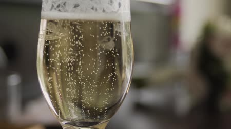 parlaklık : Gold wedding rings fall into a glass of champagne.