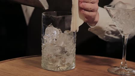 шейкер : The process of preparing an alcoholic cocktail at the bar.