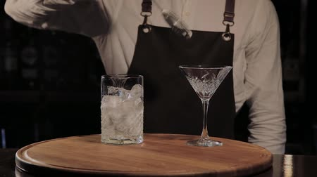 alkoholik : The process of preparing an alcoholic cocktail at the bar.