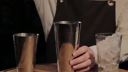 シェーカー : The process of preparing an alcoholic cocktail at the bar.