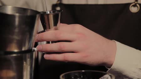não alcoólica : The process of preparing an alcoholic cocktail at the bar.