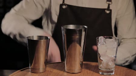 přípravě : The process of preparing an alcoholic cocktail at the bar.