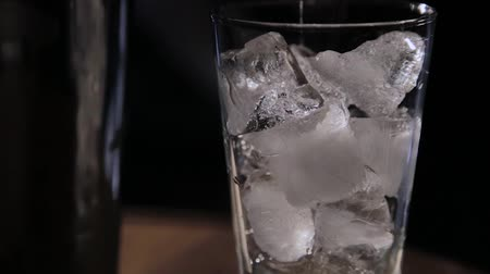 capacidade : Capacity for a cocktail with ice at the bar.