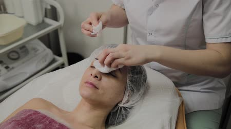 remover : A woman is cleaned with special wipes in the beauty salon. Vídeos