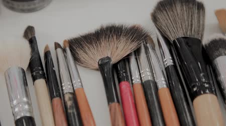 wizaż : A set of brushes for makeup on the table makeup artist. Wideo