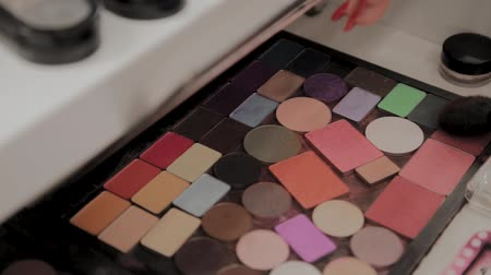 kompakt : A palette with eye shadows and a makeup brush: womens cosmetics. Morning make-up. Decorative cosmetics: a palette with eye shadows, a brush.Evening make-up.Details of the make-up artists work.
