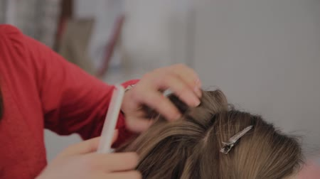 secadora de cabello : Professional hairdresser does a girls hairstyle for a photo shoot.