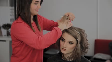 föhn : Professional hairdresser does a girls hairstyle for a photo shoot.