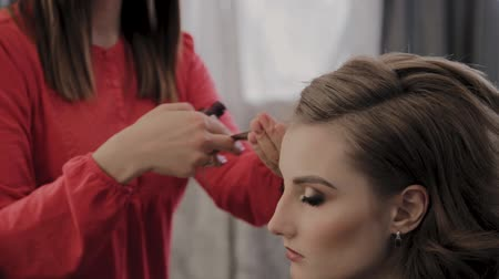 hairstyliste : Professional hairdresser does a girls hairstyle for a photo shoot.