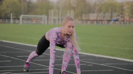 velocímetro : Girl preparing to run at the city stadium. Stock Footage