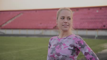 stadyum : Girl in sportswear posing at the stadium. Stok Video