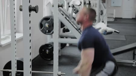 functioneel : Atletische man voert snelheid squats in de sportschool. Stockvideo