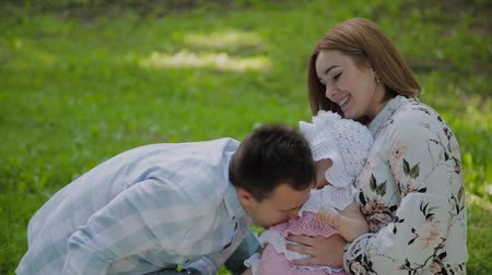 canteiro de flores : Happy family mom and dad playing with baby on bedspread. Stock Footage