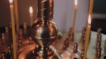 oltář : Burning church candles on a candlestick during church services.