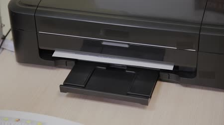 impressão digital : Black inkjet printer prints clinical findings.