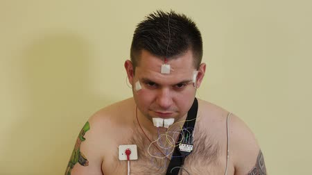 heart monitor : Male patient examining an organism with a device.