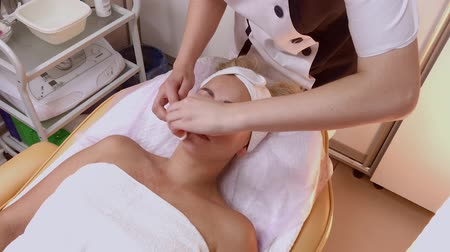 čištěný : A woman is cleaned with special wipes in the beauty salon. Dostupné videozáznamy