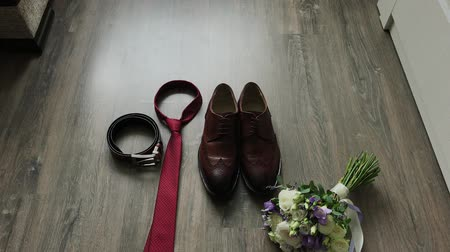 laços : Beautiful men wedding accessories. Shoes, rings, bouquet, belt and tie. Stock Footage