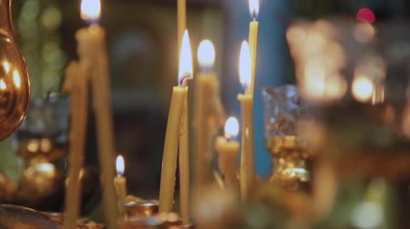 церковь : Candles on a candlestick in a church. Religious holiday. Стоковые видеозаписи