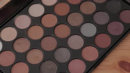 paleta : Professional makeup kit in a makeup studio on a wooden table. Wideo