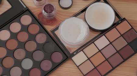 kompakt : Professional makeup kit in a makeup studio on a wooden table. Stok Video