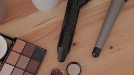 compacto : Professional makeup kit in a makeup studio on a wooden table. Vídeos