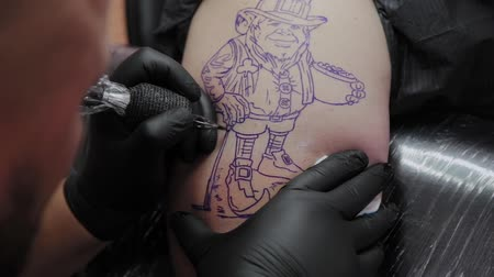 steril : Professional tattoo artist makes a tattoo on a man s arm. Stok Video