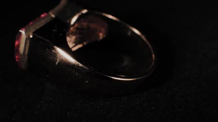жемчуг : Ring on a black rotating stand. Premium Jewelery. Macro.