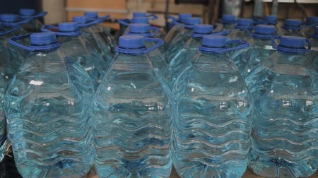 瓶詰め : Blue plastic drinking water bottles in large quantities. 動画素材