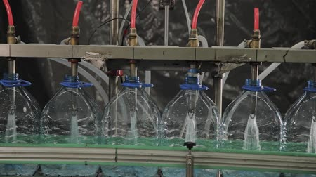瓶詰め : Production line of drinking water and carbonated drinks, the process of filling bottles with water, conveyor.
