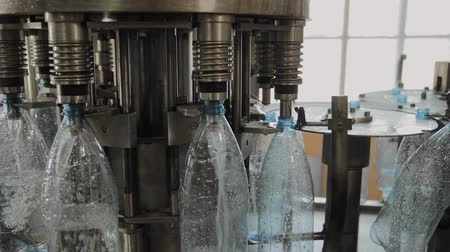 karbonatlı : Production line of drinking water and carbonated drinks, the process of filling bottles with water, conveyor.