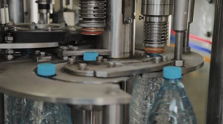 瓶詰め : Conveer seals bottles for drinking water. 動画素材