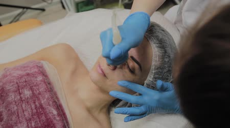 шприц : A professional cosmetologist makes a woman vacuum cleaning the face in a beauty salon. Cosmetological innovations. Стоковые видеозаписи