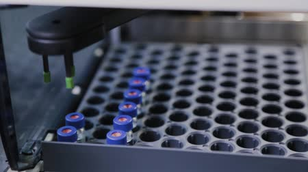 farmacologia : An analyzer works in the laboratory to study the composition of the liquid.