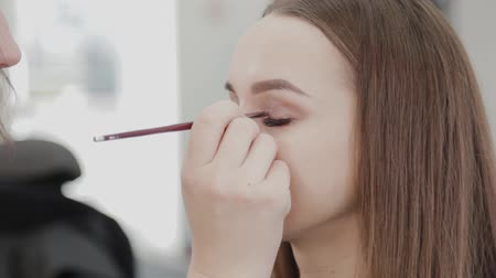 paleta : Professional makeup artist woman stirs makeup cream on a palette. Wideo
